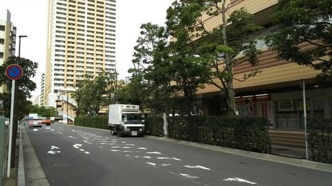 市川駅南口の道路