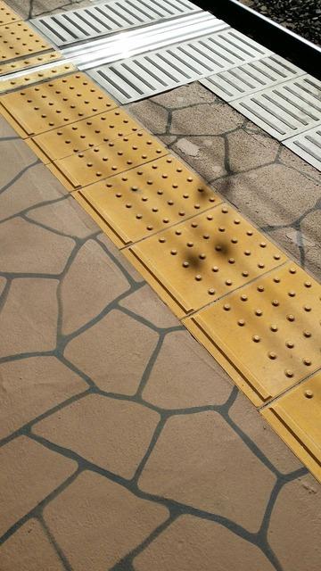 JR市川駅のホーム床(改修後)