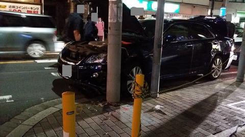 京成八幡駅の電柱に車が激突