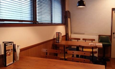 モグモグカフェのテーブル席